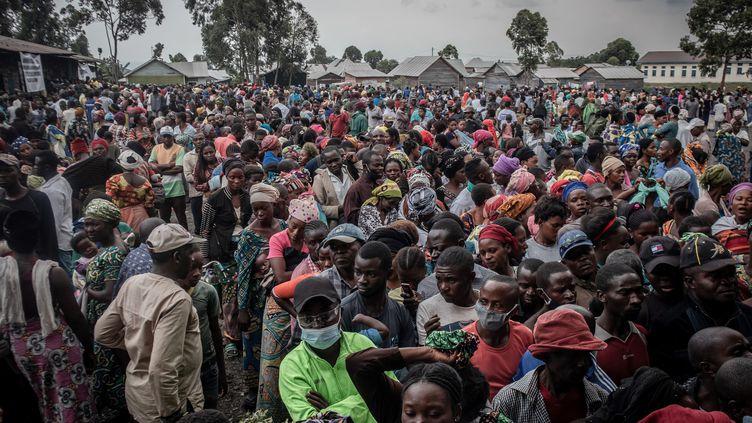 Des habitants de Goma s'inscrivent afin de recevoir une aide. Ils ont fui la ville à cause de l'éruption du Nyiragongo, le 26 mai 2021. (GUERCHOM NDEBO / AFP)