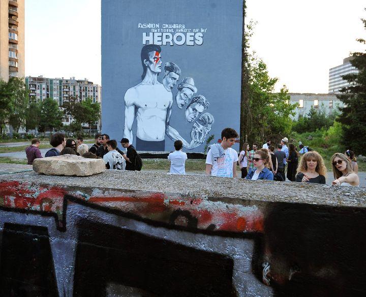 Une immense fresque de Bowie au centre de Sarajevo  (Elvis Barukcic/AFP)