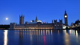 Le palais de Westminster se reflète dans la Tamise, à Londres, le 9 juin 2017, au lendemain des élections législatives britanniques. (HANNAH MCKAY / REUTERS)