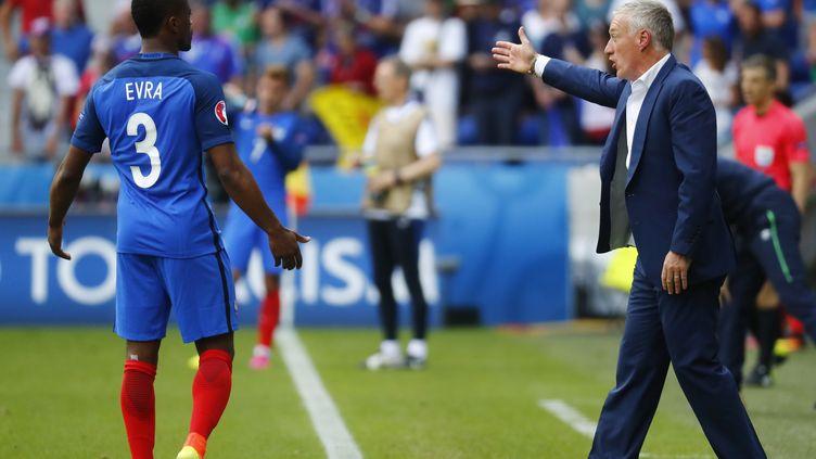 Patrice Evra et Didier Deschamps lors du huitième de finale contre l'Irlande, le 26 juin 2016 à Lyon. (REUTERS)