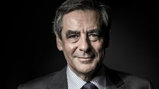 Le candidat de la droite, François Fillon, pose lors d'une séance photo à Paris, le 25 novembre 2016. (JOEL SAGET / AFP)