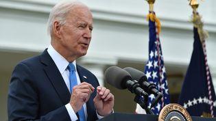 Joe Biden s'exprime depuis les jardins de la Maison Blanche, à Washington (Etats-Unis), le 13 mai 2021. (NICHOLAS KAMM / AFP)