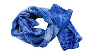"""Artisanat Murayama Oshima Tsumugi : tissu en soie à l'indigo, présenté à l'exposition """"Ao : le bleu dans l'artisanat japonais"""" jusqu'au 20 mars 2020 à l'Espace Densanà Paris. La qualité et la durabilité ont fait la renommé de cet artisanat traditionnel désigné comme""""Bien culturel immatériel"""" dès 1967. (DENSAN)"""