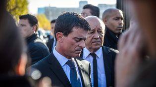 Le Premier ministre Manuel Valls, accompagné du ministre de la Défense Jean-Yves Le Drian, à Ecole militaire à Paris, le 15 novembre 2015. (CHRISTOPHE PETIT TESSON / AFP)