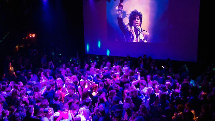 """Hommage à Prince au First Avenue, club de Minneapolis où ont été tournées des scènes de """"Purple Rain"""" (21 avril 2016)"""