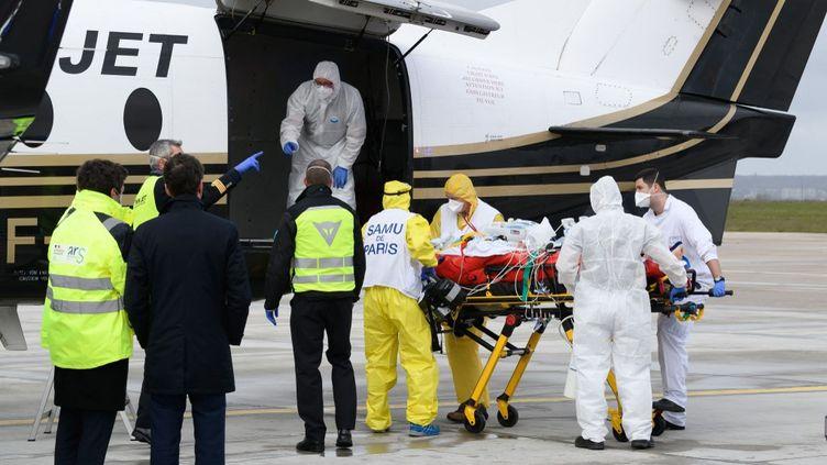 Un malade du Covid-19 est évacué en avion vers Bordeaux (Gironde), le 14 mars 2021 à Orly (Val-de-Marne). (JACQUES WITT / AFP)