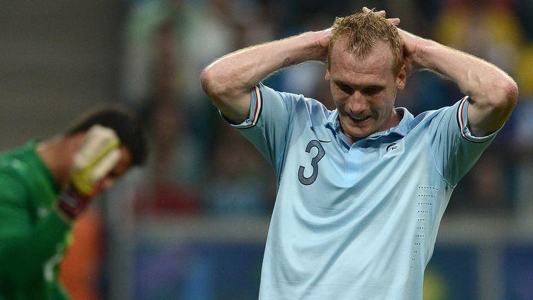 L'arrière gauche des Bleus Jérémy Mathieu a passé une mauvaise soirée contre le Brésil, qui a battu 3-0 la France, le 9 juin 2013. (FRANCK FIFE / AFP)
