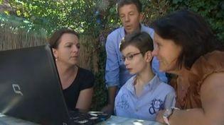 Paul Mouchon, un enfant handicapé de 12 ans et demi, n'a pas trouvé de place adaptée pour être scolarisé. (FRANCE 3 / FRANCETV INFO)