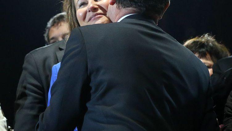François Hollande embrasse son ancienne compagne Ségolène Royal, le 7 mai 2012, après son discours place de la Bastille, à Paris. (THOMAS COEX / AFP)