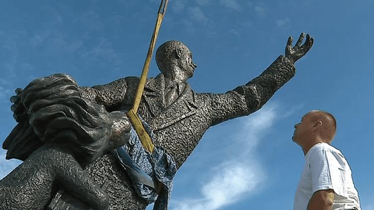 La statue de bronze d'Antoine de Saint Exupéry sera inaugurée sur le parvis de la gare de l'aéroport de Lyon le 11 octobre 2018  (France 3 / Culturebox )