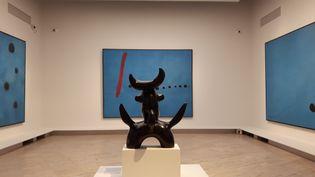 """Une salle entière est dédiée autriptyque des """"Bleu"""" de Miró. (ANNE CHEPEAU / RADIO FRANCE)"""