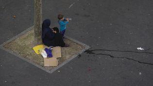 Une femme sans-abri et son enfant, à Paris, en juin 2016. (JOEL SAGET / AFP)