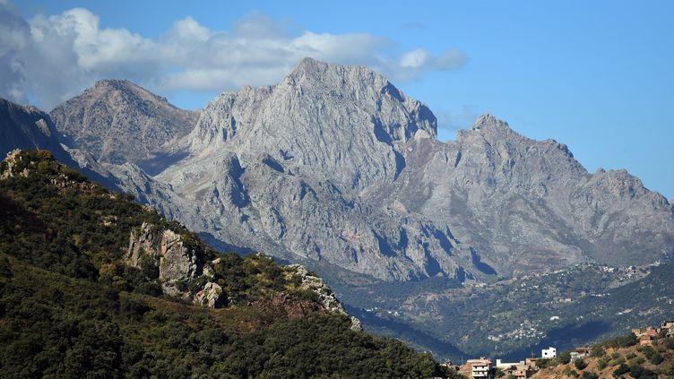 Le massif du Djurdjura, en Algérie, où un randonneur français a été enlévé dimanche 21 septembre 2014 par un groupe jihadiste se réclamant de l'Etat islamique. (FAROUK BATICHE / AFP)