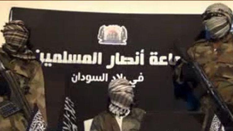 Capture d'écran sur une vidéo postée sur internet, le 24 décembre 2012, par le groupe islamiste nigérian, Ansaru. Ce dernier a revendiqué l'enlèvement de l'ingénieur français Francois Collomb. (HO / JAMA'TU ANSARUL MUSLIMINA FI BIL / AFP)