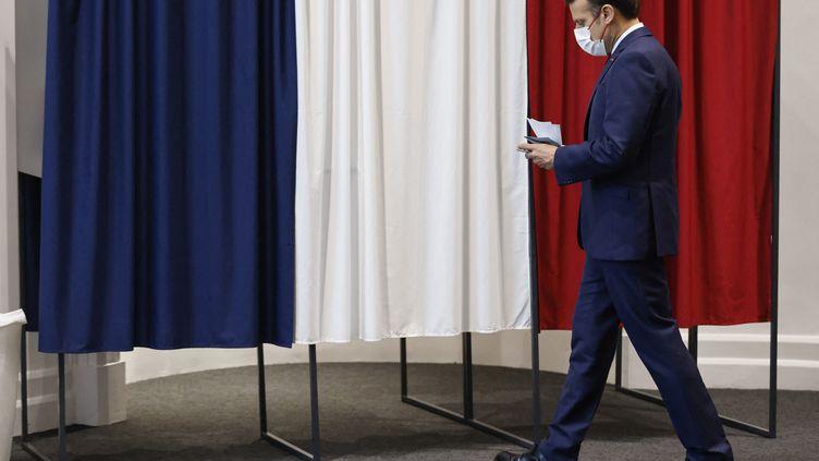 Le président de la République, Emmanuel Macron, vote pour le second tour des élections régionales, au Touquet (Pas-de-Calais), le 27 juin 2021. (LUDOVIC MARIN / AFP)