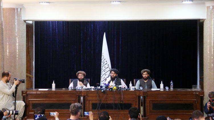 Des représentants des talibans tiennent un conférence de presse à Kaboul, le 17 août 2021, après la prise de pouvoir du mouvement fondamentaliste islamiste en Afghanistan. (SAYED KHODAIBERDI SADAT / ANADOLU AGENCY / AFP)