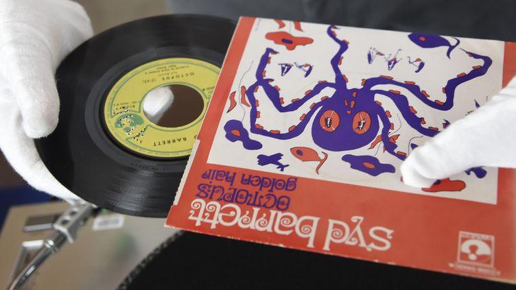 Ce 45 tours de Syd Barrett, une rareté, est parti à 10.500 euros à la vente aux enchères de disques de Radio France le 19 juin 2016.  (Dominique Faget / AFP)