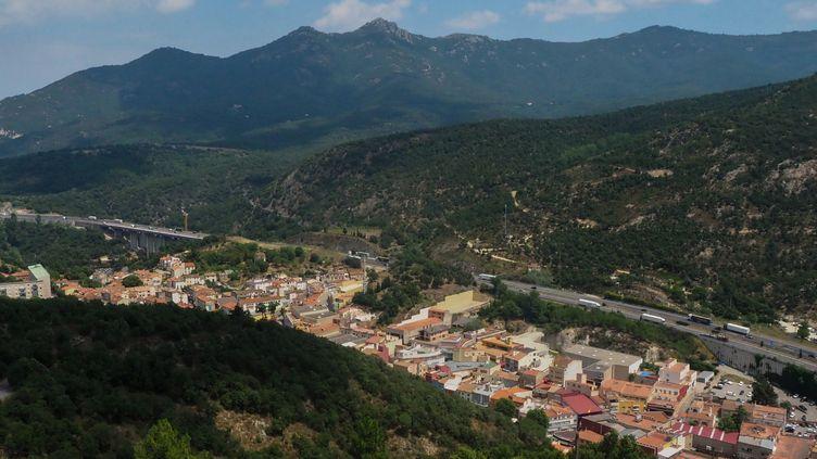 Vue sur la ville du Perthus, dans les Pyrénées-Orientales, en 2018. (RAYMOND ROIG / AFP)