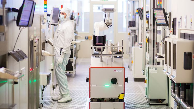 Un robot dans une fabrique de semi-conducteurs à Reutlingen (Allemagne), le 16 juin 2017. (CHRISTOPH SCHMIDT / DPA / AFP)