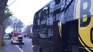 Le bus des joueurs du Borussia Dortmund a été victime de trois explosions, le 11 avril 2017, avant de recevoir Monaco en quart de finale de Ligue des Champions. (CARSTEN LINHOFF / DPA)