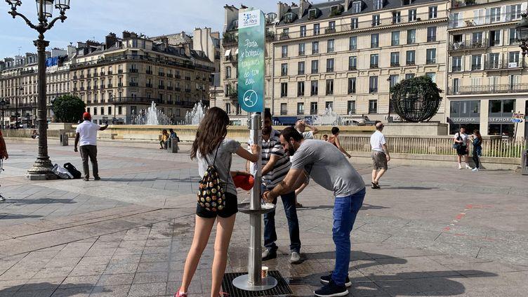 Une fontaine à eau devant l'hôtel de ville de Paris pendant l'épisode de canicule, le 24 juin 2019. (MAXPPP)