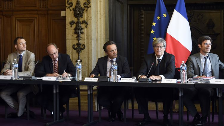Le ministre de l'Agriculture Stéphane Le Foll (2e à droite) lors d'une réunion avec les acteurs de la filière laitière, le 24 juillet 2015 à Paris. (MIGUEL MEDINA / AFP)