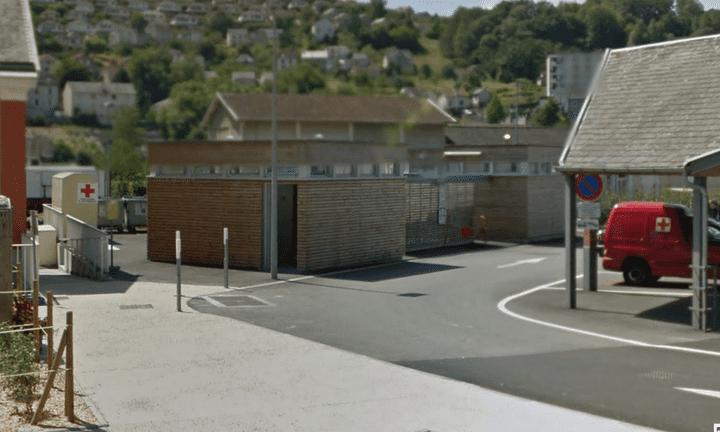 Les toilettes publiques du marché de la Gare, place de Smolensk, à Tulle (Corrèze). (GOOGLE STREET VIEW / FRANCETV INFO)