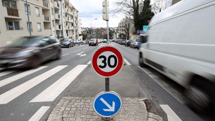 La ville de Paris a adopté, lundi 19 mai, un plan antipollution, prévoyant notamment la généralisation de la limitation de vitesse à 30 km/h. (MAXPPP)