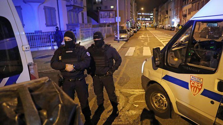 Des CRS sécurisent le quartier du Neudorf à Strasbourg, où Cherif Chekatt a été abattu le 13 décembre 2018. (JEAN-MARC LOOS / L'ALSACE / MAXPPP)