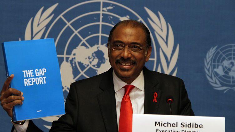 Michel Sidibé, directeur d'Onusida, présente le nouveau rapport de l'organisme des Nations unies à Genève (Suisse), le 16 juillet 2014. (FATIH EREL / ANADOLU AGENCY)