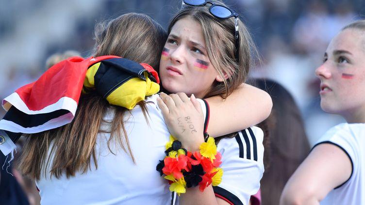 Des supportrices de l'Allemagne après l'élimination de la Mannschaft, le 28 juin 2018 à Sandhausen (Allemagne). (ULRICH PERREY / DPA / AFP)