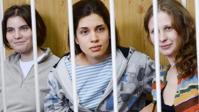 Les trois féministes du groupe punk Pussy Riot au tribunal de Moscou (Russie), le 20 juillet 2012. (NATALIA KOLESNIKOVA / AFP)