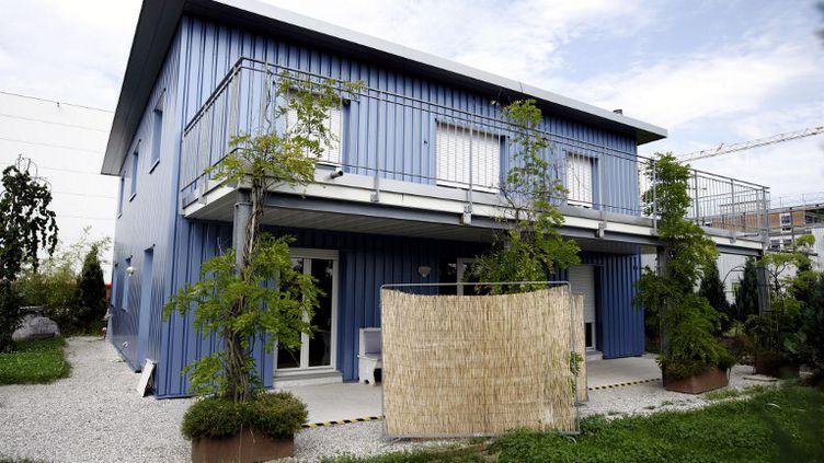C'est dans cette maison située dans la banlieue de Zurich (Suisse) que l'association Dignitas pratique le suicide assisté. (SEBASTIAN DERUNGS / AFP)