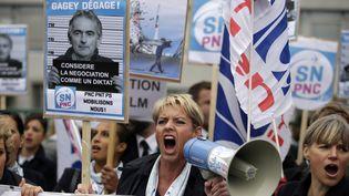 Des salariés d'Air France manifestent à Roissy-en-France, durant le comité central d'entreprise lundi 5 octobre 2015. (KENZO TRIBOUILLARD / AFP)