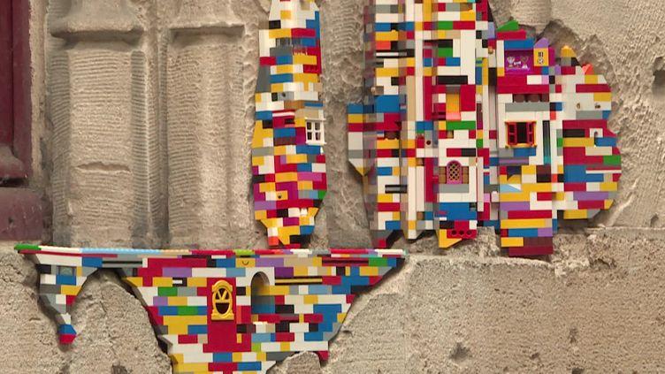 L'artiste Jan Vormannrépare lafaçade du palais de justice de Rouen avec desLego (D. Meunier / France Télévisions)