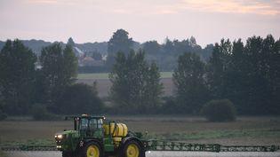 Un agriculteur répand du glyphosate àSaint-Germain-sur-Sarthe le 16 septembre 2019. (JEAN-FRANCOIS MONIER / AFP)