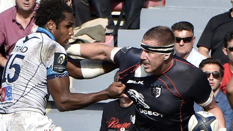 Imanol Harinordoquy (Toulouse) repousse Benjamin Fall (Montpellier) (PASCAL PAVANI / AFP)