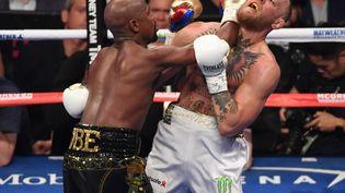 Le boxeur américain Floyd Mayweather lors de son combat contre l'Irlandais Conor McGregor, champion d'arts martiaux mixtes, à Las Vegas (Nevada), le 26 août 2017. (ETHAN MILLER / GETTY IMAGES NORTH AMERICA)