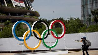 Les anneaux olympiques devant le stade où se déroule la cérémonie d'ouverture des JO de Tokyo (Japon). Photo d'illustration. (AFP)