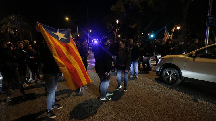 Le drapeau catalan brandi sur l'avenueDiagonale à Barcelone (Espagne), le 20 décembre 2018. (PAU BARRENA / AFP)