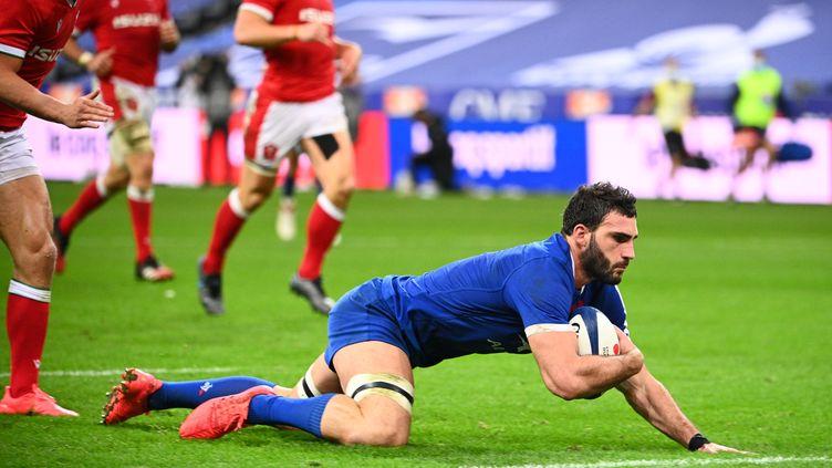 Charles Ollivon qui inscrit le quatrième essai français contre le pays de Galles lors du Tournoi des Six Nations 2020. (ANNE-CHRISTINE POUJOULAT / AFP)