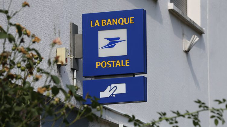 L'enseigne de La Banque postale, devant une agence à Mulhouse (Haut-Rhin), le 13 septembre 2018. (MAXPPP)