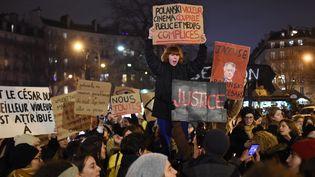 Des manifestants se sont rassemblés vendredi 28 février au soir aux abords de la salle Pleyel à Paris, en marge de la cérémonie des César, pour dénoncer les douze nominations pour le film de Roman Polanski. (LUCAS BARIOULET / AFP)