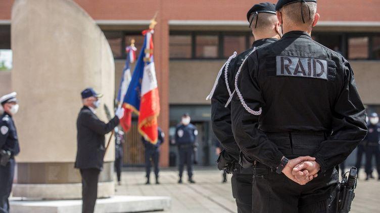 Des policiers se rassemblent à Toulouse (Haute-Garonne), le 10 mai 2021, après la mort d'un des leurs, Eric Masson. (FREDERIC SCHEIBER / HANS LUCAS / AFP)