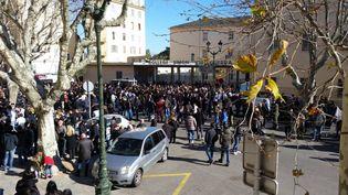 Le rassemblement organisé samedi 20 février 2016 devant le palais de justice de Bastia (Haute-Corse) en soutien à un supporter corse blessé dans des heurts avec la police. (ELSA ARNOULD / FRANCE 3 CORSE VIASTELLA)
