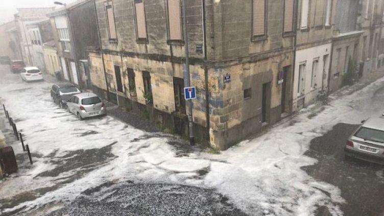 Les rues de Bordeaux ont été recouvertes de grêlons, samedi 26 mai 2018. (DELPHINE VIALANET / FRANCE 3 AQUITAINE)