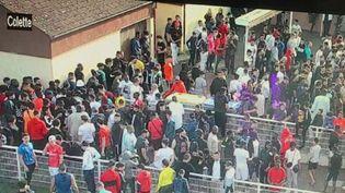 Voilà bien longtemps qu'un match de football n'avait suscité autant de colère. Dimanche 24 mai dans l'après-midi à Strasbourg (Bas-Rhin), une rencontre inter-quartier a attiré entre 300 et 400 supporters dans ce département classé en rouge. (France 2)