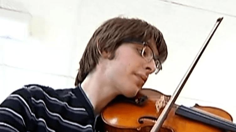Valentin Mérou, musicien et autiste.  (France 2 Culturebox)