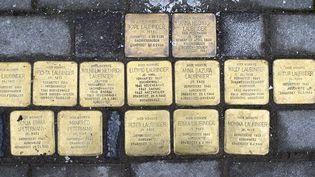 """Les pavés de la mémoire, """"Stolpersteine"""" (""""pierres sur lesquelles on trébuche"""",Gunter Demnig  (JOHN MACDOUGALL / AFP)"""