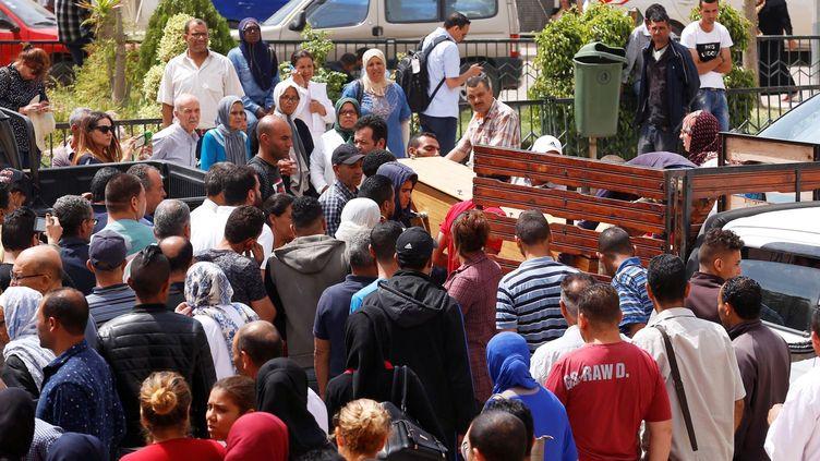 près de la morgue d'un hôpital de Sfax, le 4 juin 2018. Le naufrage a eu lieu près des îles Kerkenna, une région touristique du sud de la Tunisie. Le ministre tunisien de l'Intérieur a précisé que 67 passagers avaient pu être sauvés. Selon des responsables des services de sécurité, environ 180 migrants avaient pris place à bord du bateau, dont 80 étaient originaires d'autres pays africains. Un rescapé, hospitalisé à Sfax après avoir passé neuf heures dans l'eau agrippé à un morceau de bois, a raconté que le capitaine avait abandonné le navire lorsqu'il a commencé à sombrer. Il avait peur d'être arrêté par les gardes-côtes. (REUTERS - Zoubeir Souissi)